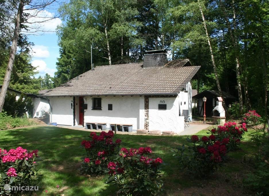 Voorkant van het huis. Het huis ligt aan een pad waar 12 huizen aan grenzen.