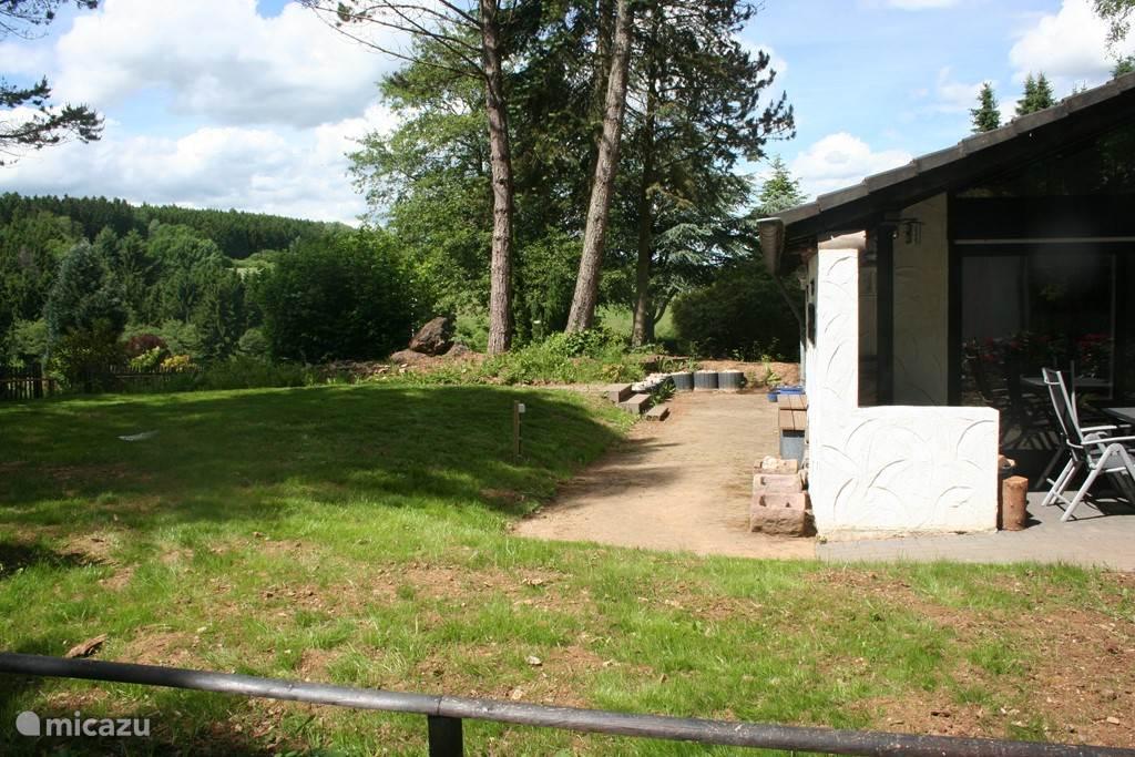 Vanuit de tuin, loop je zo de natuur in. Het huis ligt op 500 meter hoogte.