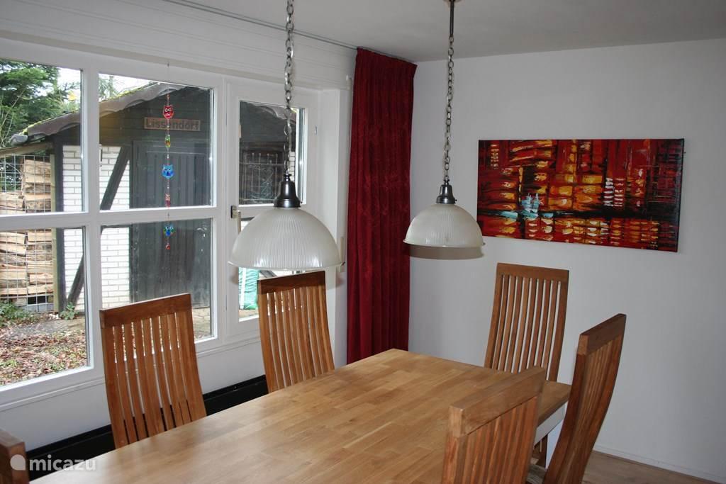 De eetkamer biedt plaats aan 6 personen en beschikt over een grote raampartij.