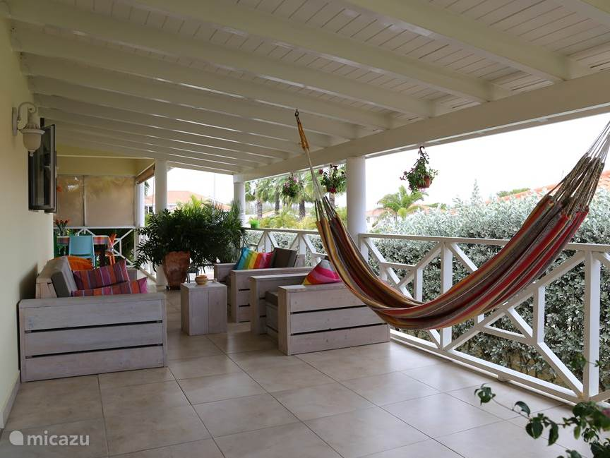 The spacious veranda, where you can relax. Is excellent in the wind.