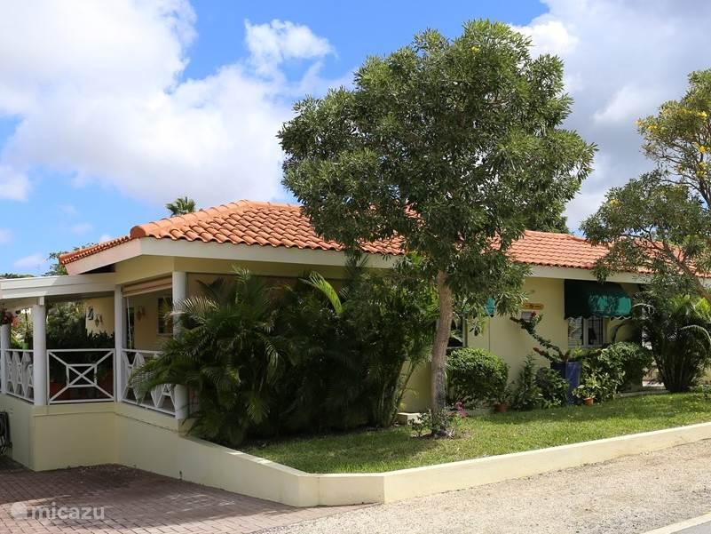 De villa heeft een heerlijke grote veranda 45 m2 met voldoende schaduw.
