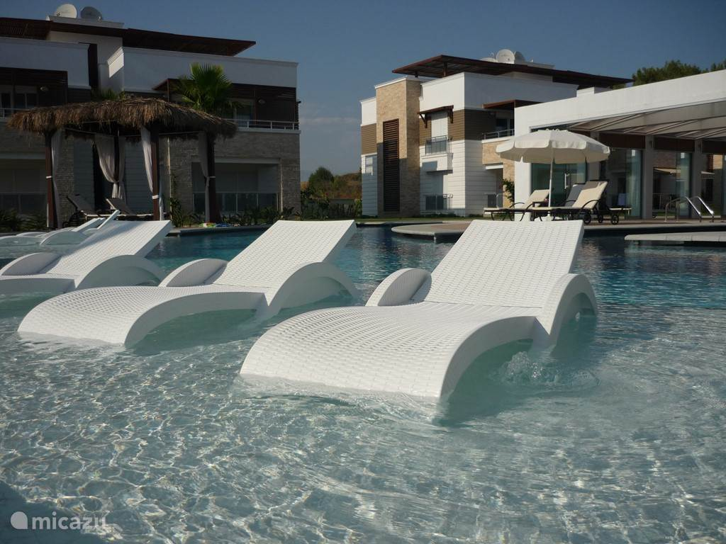 Zwembad met zetels