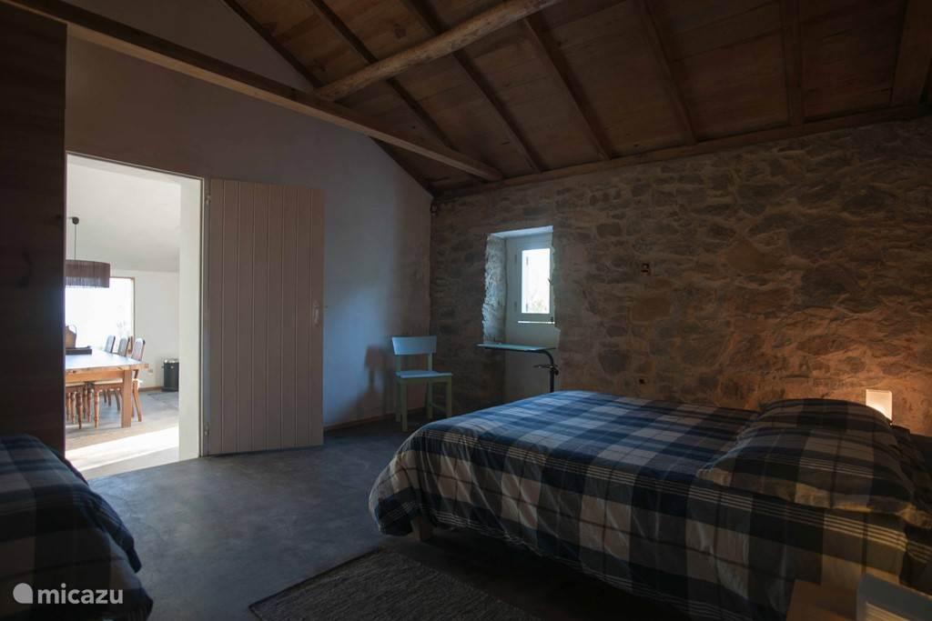 De tweede slaapkamer met een tweepersoonsbed en een eenpersoonsbed