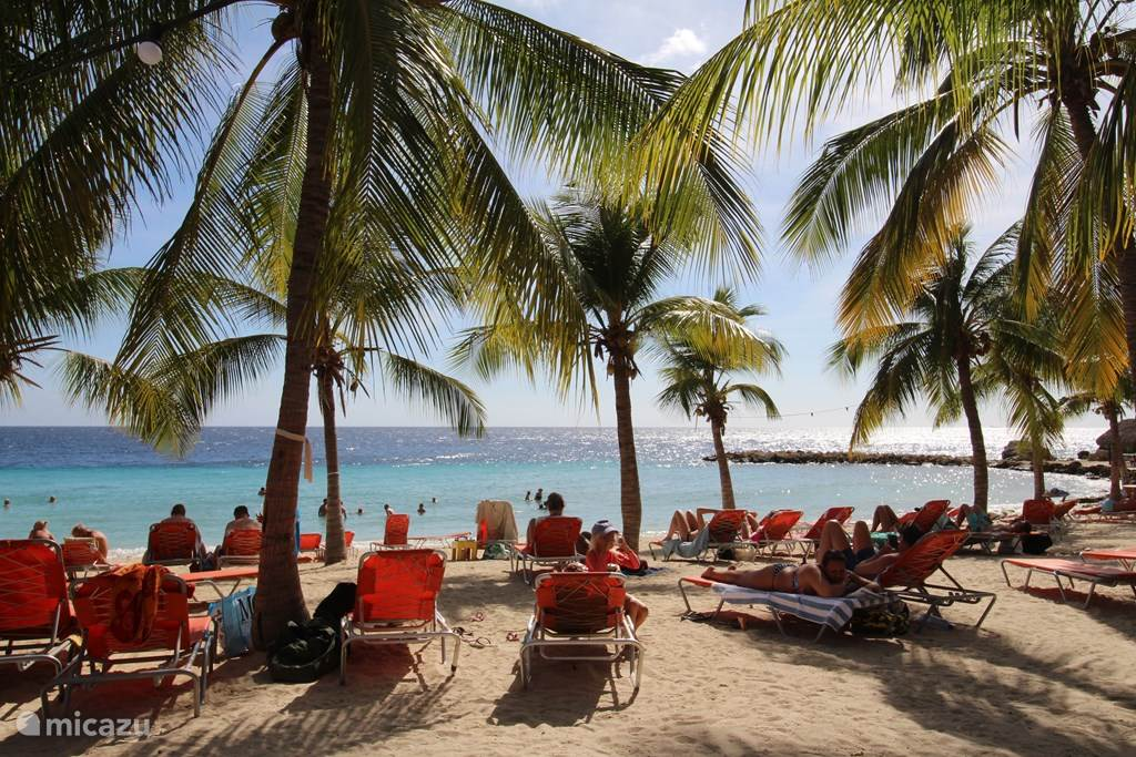 De villa is direct aan het strand van Blue Bay gelegen