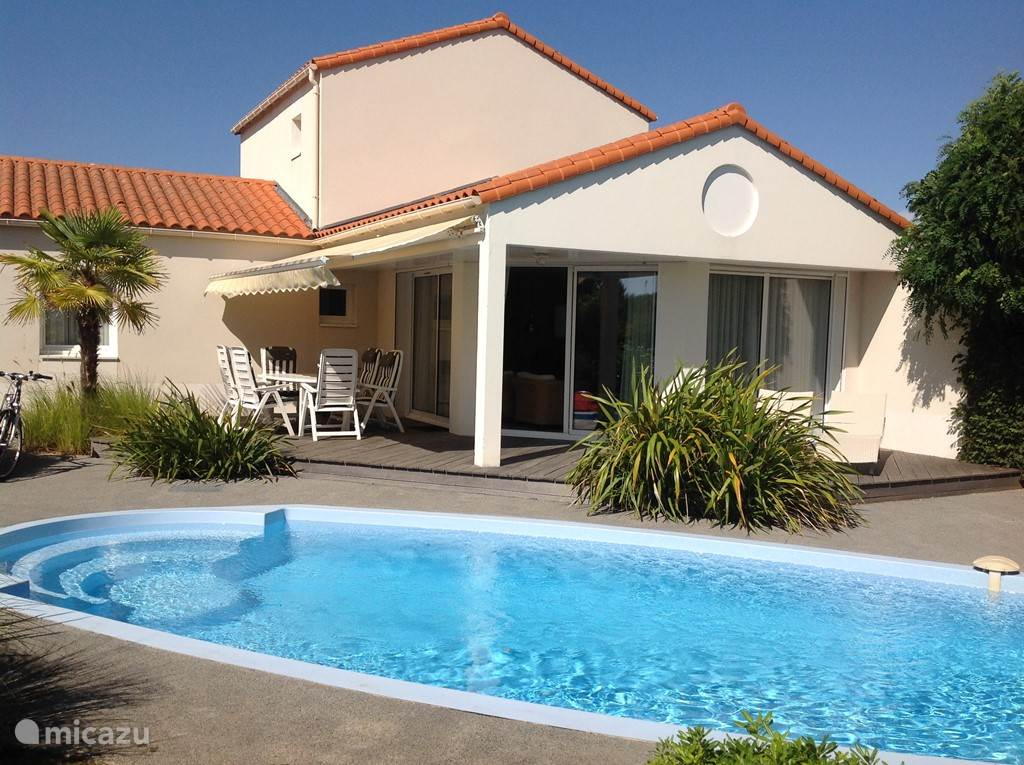 The detached 6 person villa is bright, spacious and equipped with every luxury and comfort.
