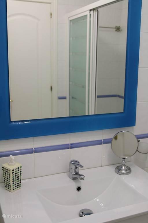 Badkamer met ligbad appartement BUR01