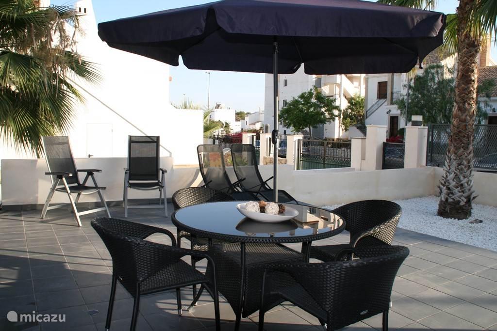 Op het buitenterras is het de héle dag lekker. De zon staat er 's-morgens vroeg al op en dat blijft, totdat hij onder gaat. Vanzelfsprekend zorgt het buiten-meubilair voor lekker vertoeven ; tafel met 6 stoelen, 2 ligstoelen en 2 ligbedden, waarbij de parasol voor schaduw kán zorgen.