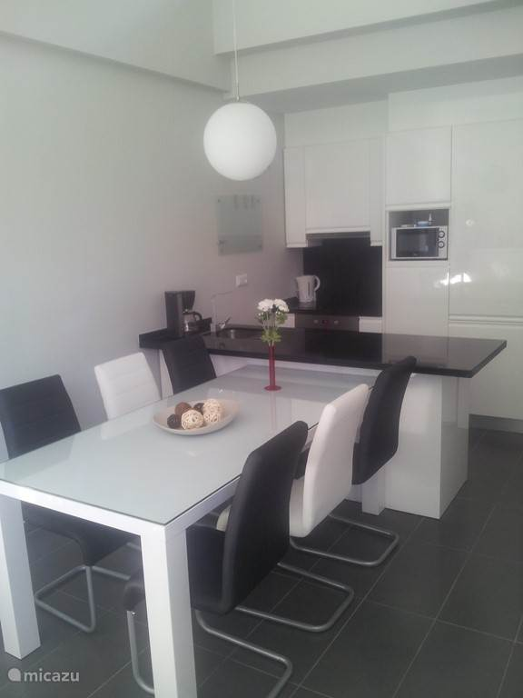 Het luxe design-interieur is van alle gemakken voorzien, waaronder een luxe eettafel met 6 stoelen. In de  keuken zijn een keramische kookplaat, een oven,  een magnetron en een vaatwasser verwerkt.