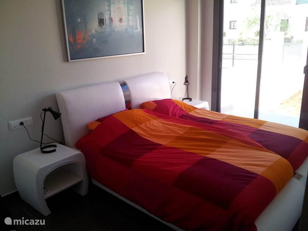 Er zijn 3 slaapkamers, die allen modern zijn ingericht en voorzien van zeer ruime kledingkasten. Op de 2-persoons-slaapkamers is airco aanwezig.