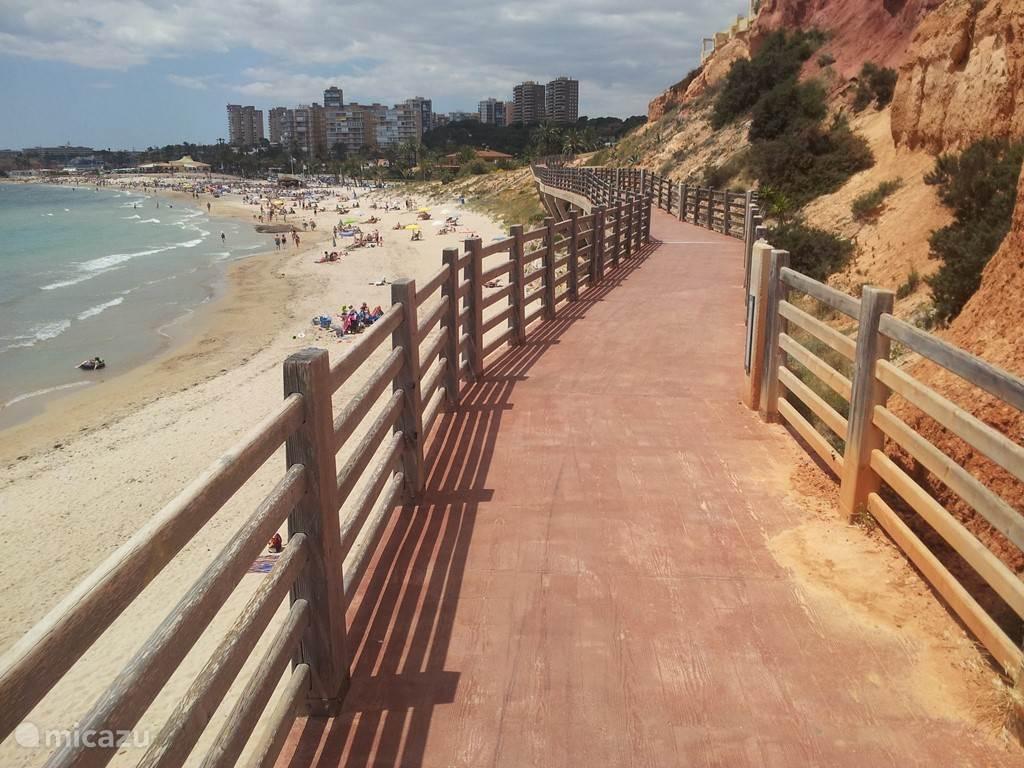 Voor de liefhebbers ligt er een wandelroute van 7 km langs de kust. Deze is door de gemeente Orihuela-Costa schitterend aangelegd en voert via verschillende soorten paden langs rotsen en vele andere natuur-elementen.