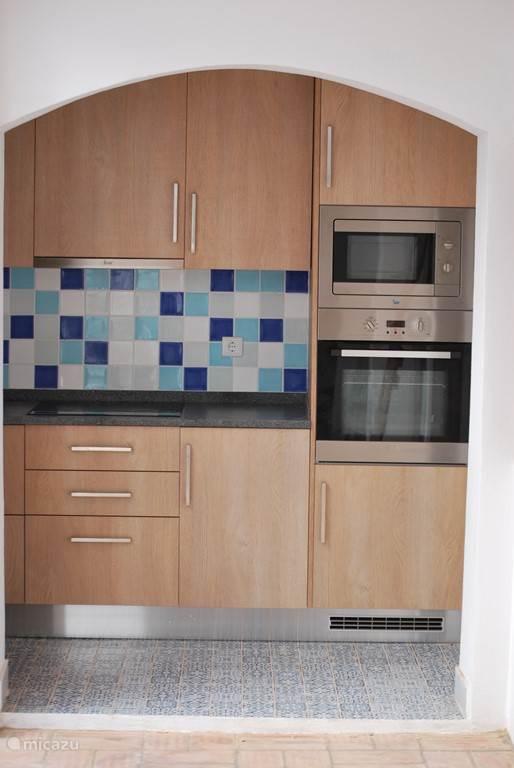 Keuken met magnetron en convector oven