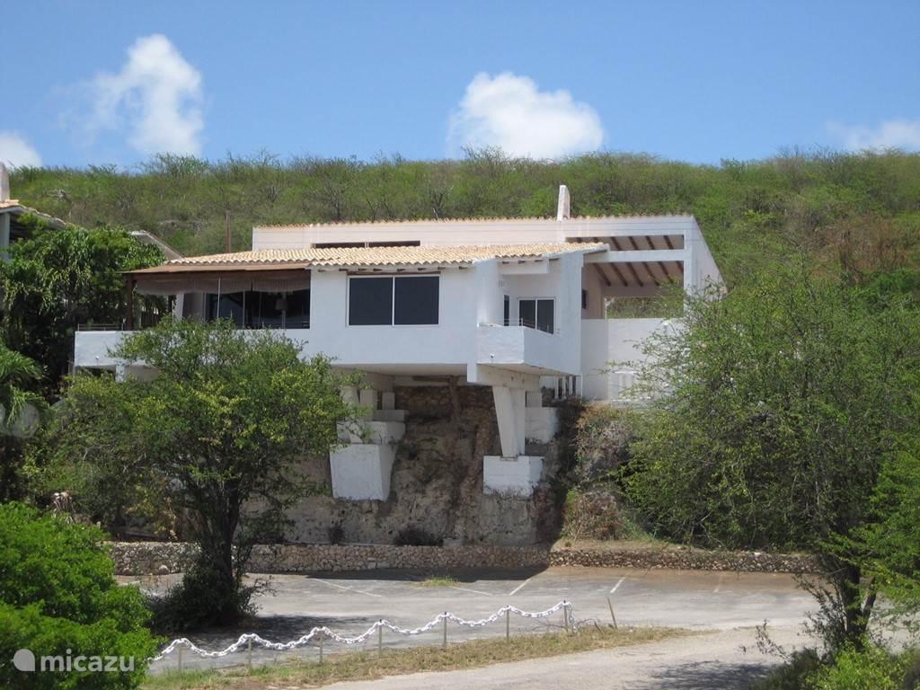 Achterkant Villa Baranca. Aan deze kant is een van de terassen met zeezicht.