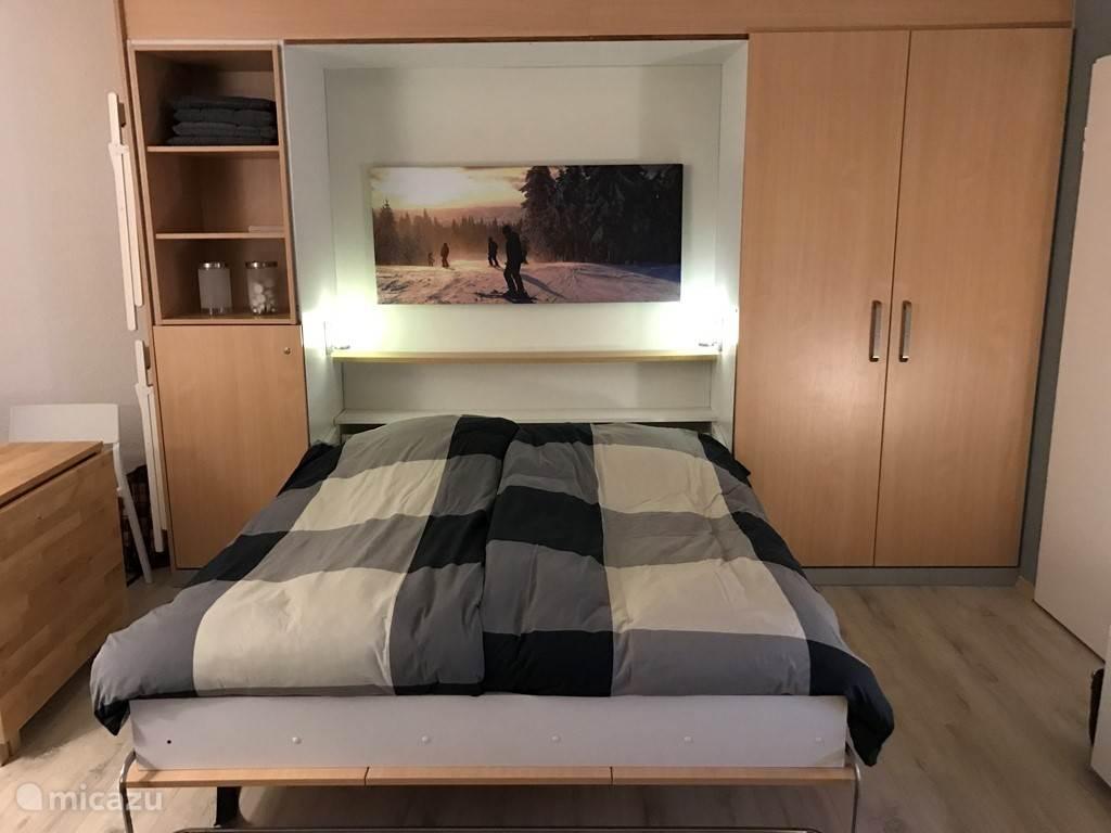 @ persoons bed in woonslaapkamer