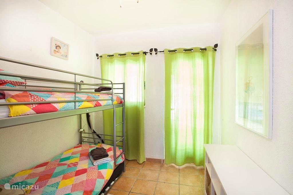 Vierde slaapkamer met deur naar....