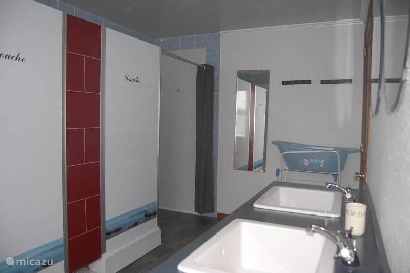 Badkamer met 3 douches en dubbele wastafel