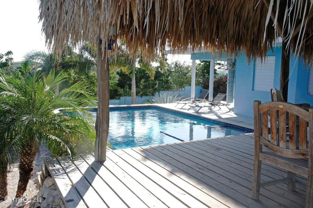 On the adjoining pooldeck there is a palapa, which offers you – during the warmest hours of the day - shade.