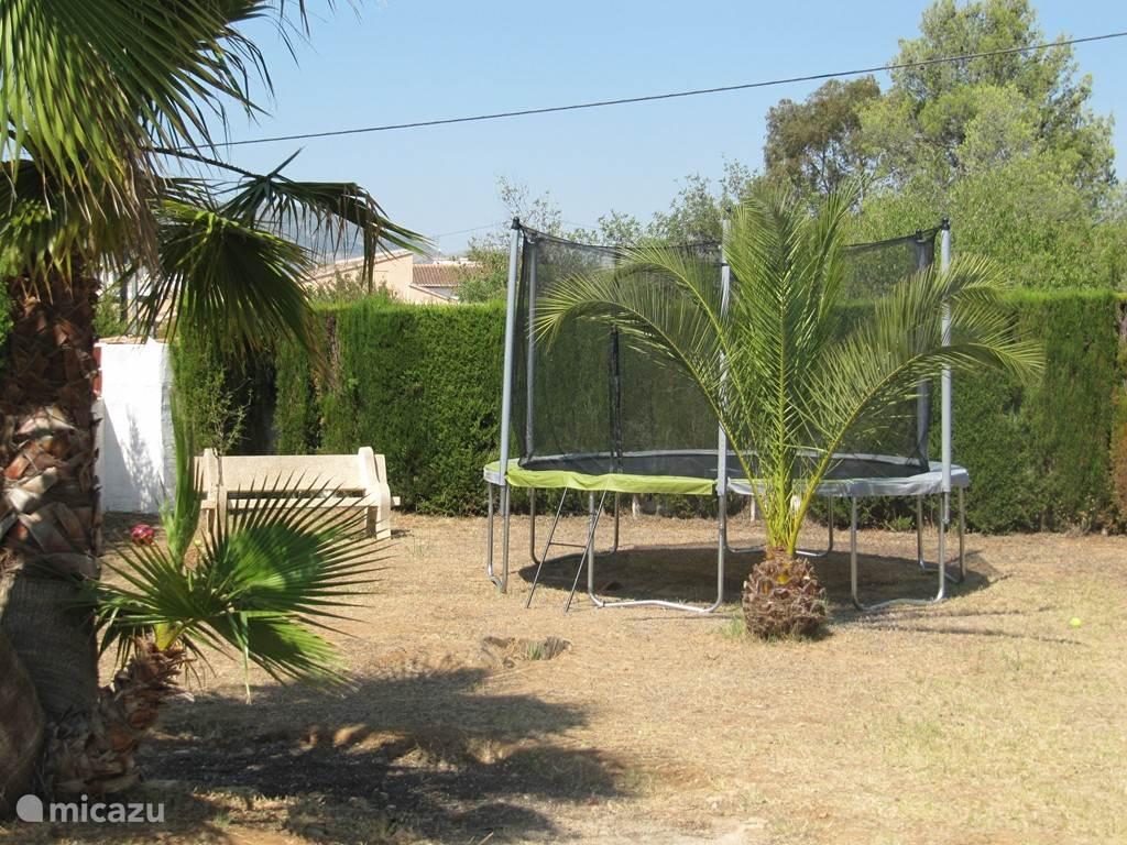 grote trampoline in de tuin