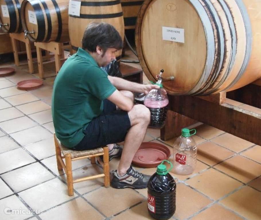 wijntje halen in de bodega in het dorp