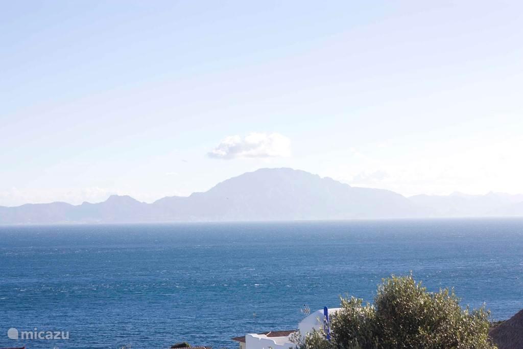 Uitzicht vanaf het huis (vanaf het terras). De berg achter de mist is Afrika. Zee is 100 meter lopen, 1 straatje aflopen