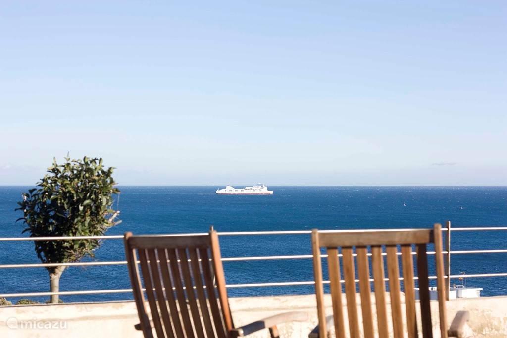 Villa met vol zeezicht, zwembad en 100 meter van zee. Rechts zie je, als je goed kijkt al Afrika aan de overkant