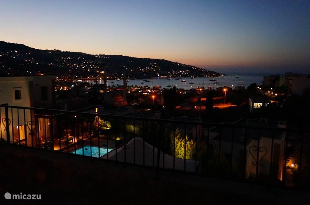 Genieten van het avonduitzicht van Villa Berarber