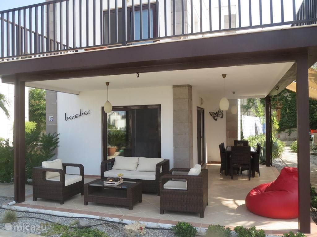 Bij villa 'Beraber' is het heerlijk vertoeven onder de veranda.