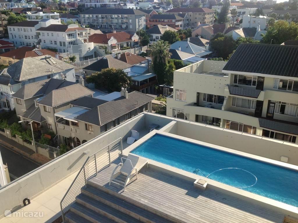 gezamelijk zwembad , gezien vanaf de gastenslaapkamer op de 8e verdieping