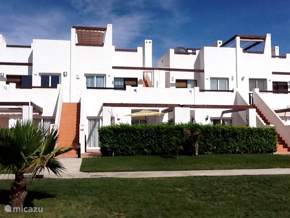 Het appartement ligt op de begane grond en heeft een eigen tuin ( die afgesloten kan worden ).