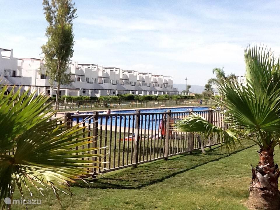 Het gemeenschappelijke zwembad in de  Jardin  waar het appartement aan ligt.