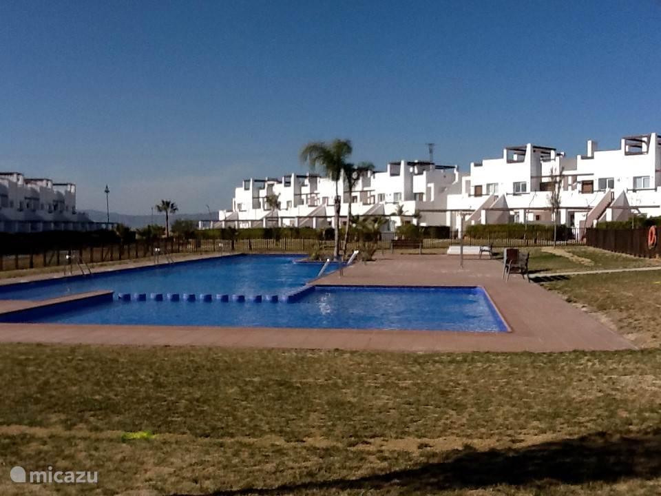 Het gemeenschappelijke zwembad ( is omheind ) op ongeveer 20 meter loopafstand van het appartement.