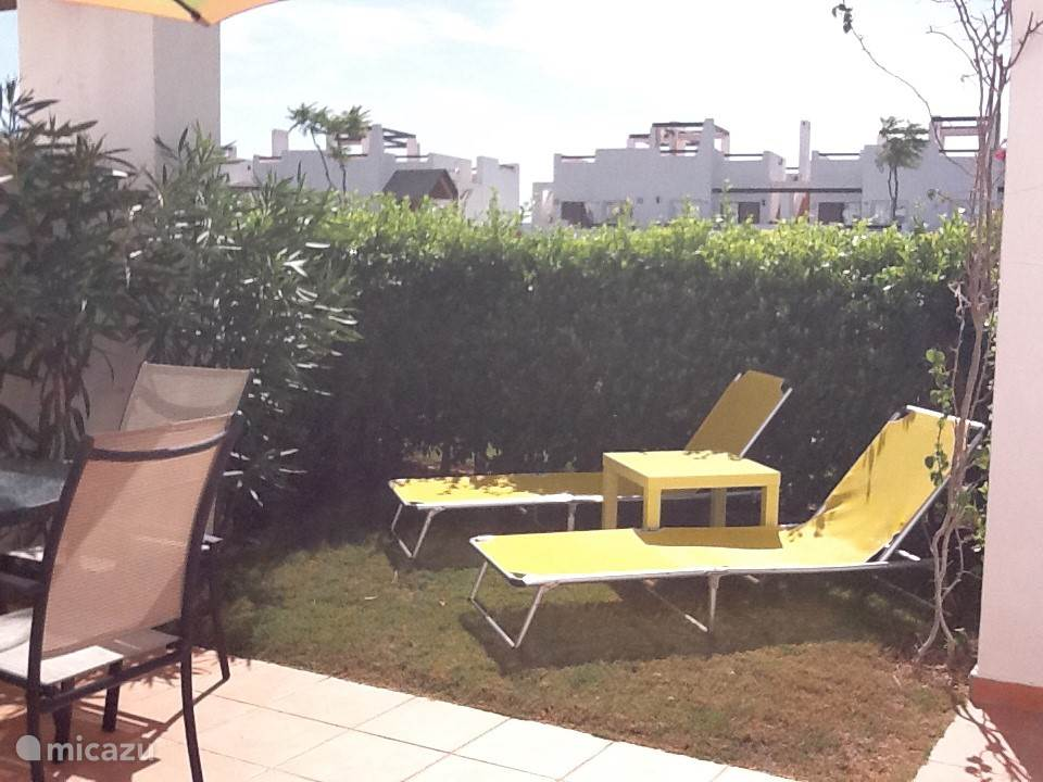 Er zijn in totaal vier ligbedden, een eettafel met vier stoelen, twee parasols en een BBQ. De tuin kan middels een hek afgesloten worden.