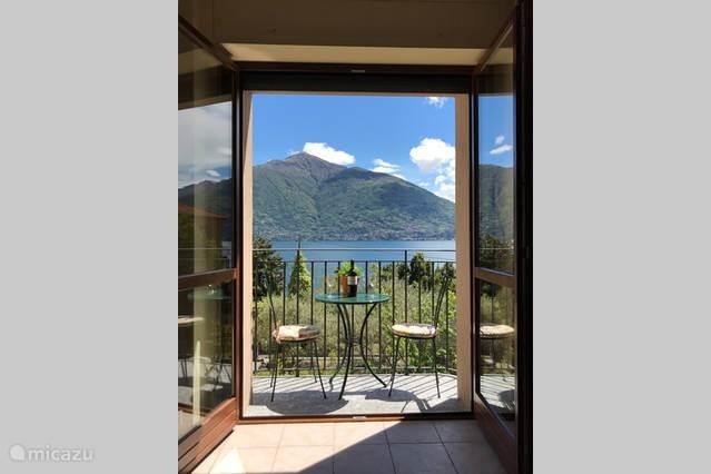 balkon met prachtig uitzicht op Como meer