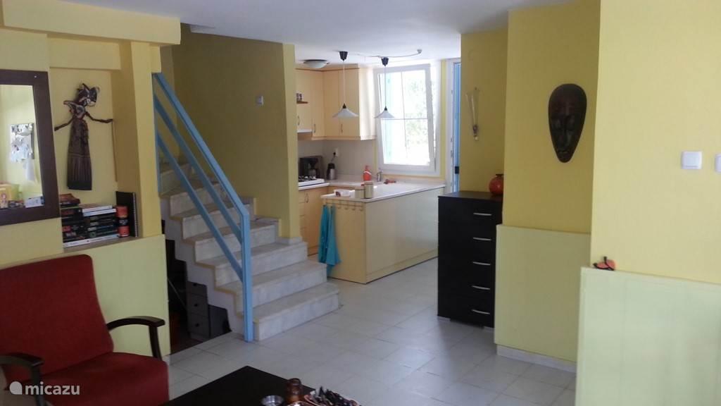 De keuken vanuit de huiskamer