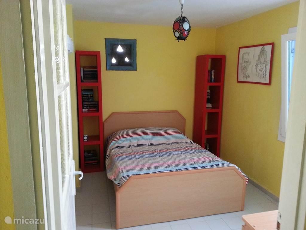 Twee persoonsslaapkamer met balkon.