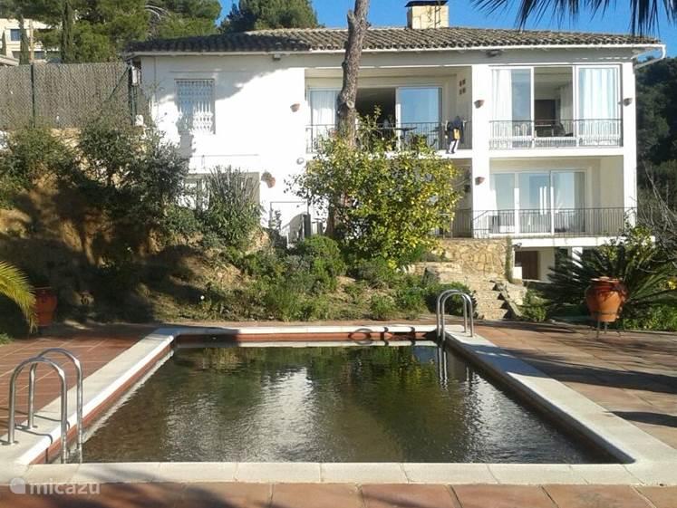 Can Pedro: vakantievilla met privezwembad en grote tuin. Het zwembad heeft zalmkleurige mozaïektegels. In de schemering/als het donker is, wordt het prachtig verlicht.
