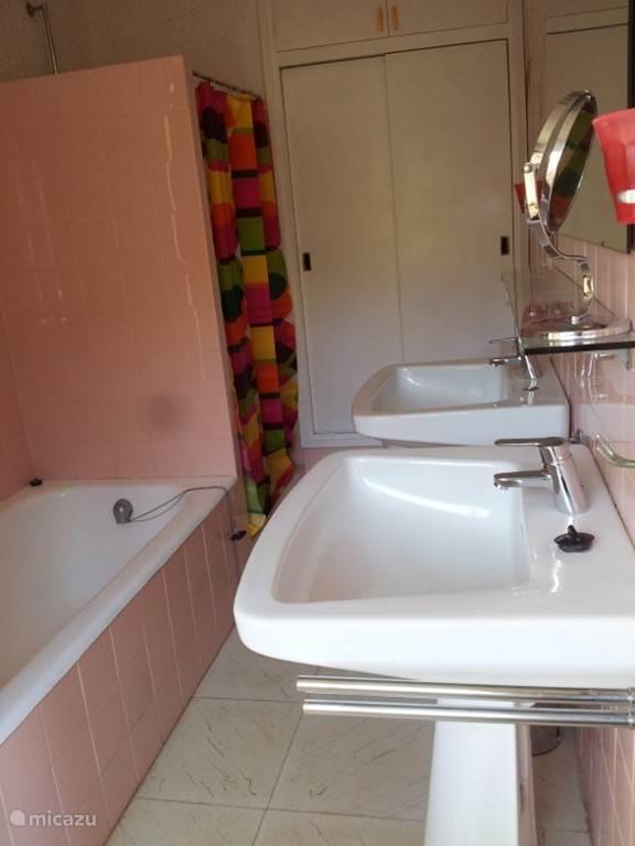 Badkamer met toilet, dubbele wasbak, douche en bad. De 4 badkamers zijn vergelijkbaar.