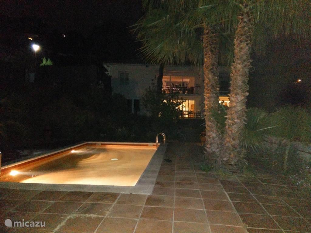 Het zwembad is verlicht.