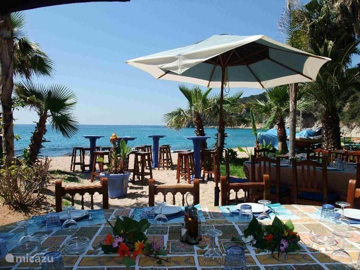 Op loopafstand (200 meter) bevindt zich het strand Platja LLorel met een gezellige beachclub voor tapas en een drankje, of een goede lunch of avondmaal.