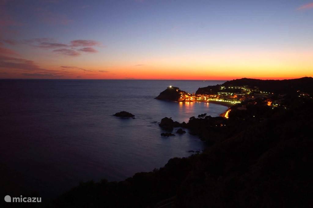 Op 3 km afstand: Tossa de Mar by night.