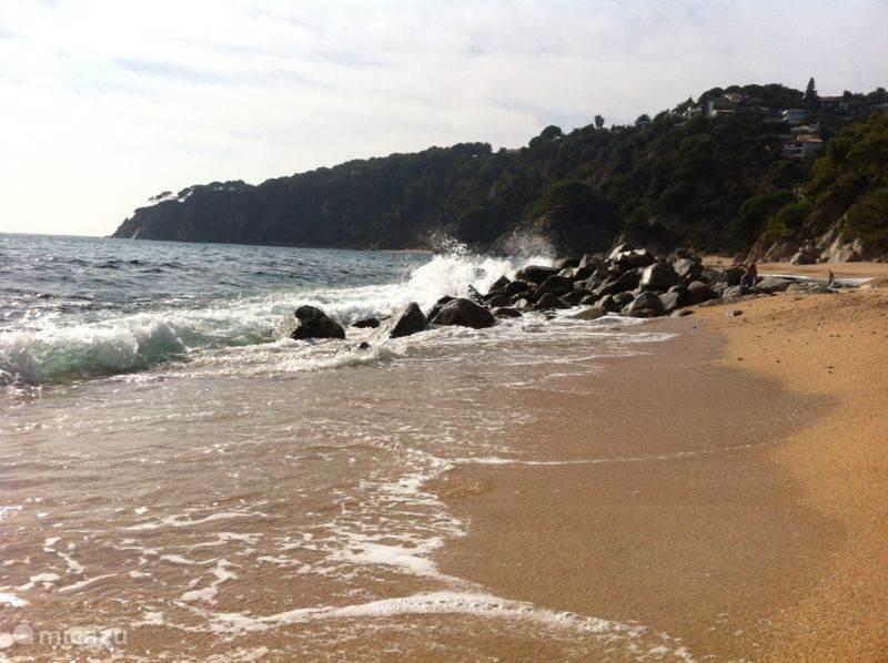 De mooie wilde kust van de Costa Brava op de Platja Llorel.