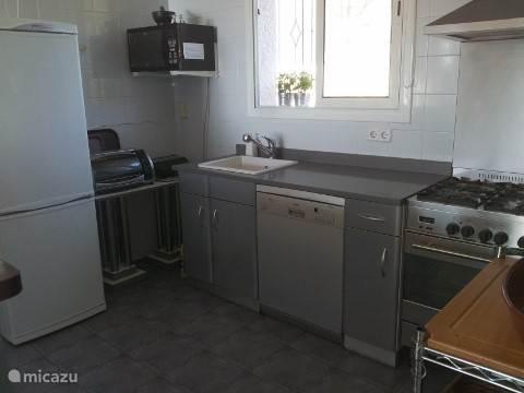 De keuken in het bovenhuis. Er is eveneens een barbecue en kookplaat buiten.