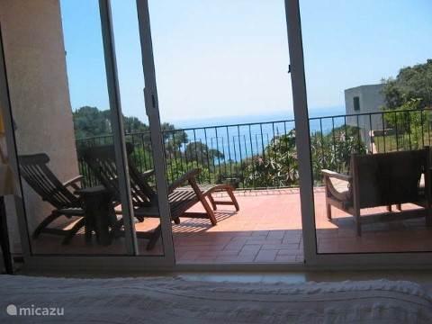 Het terras behorend bij slaapkamer 5. Uitzicht op zee.