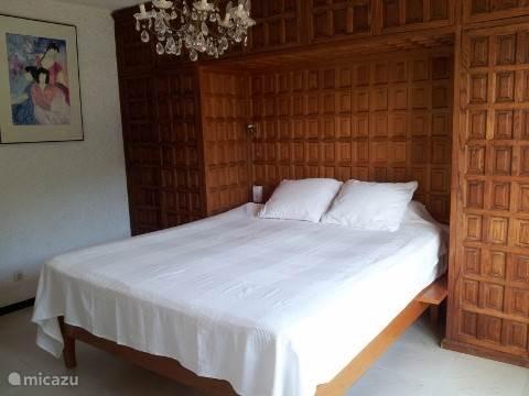 Slaapkamer 1. Alle slaapkamers zijn gelijkaardig ingericht en van vergelijkbare grootte (van 20-30 m2)