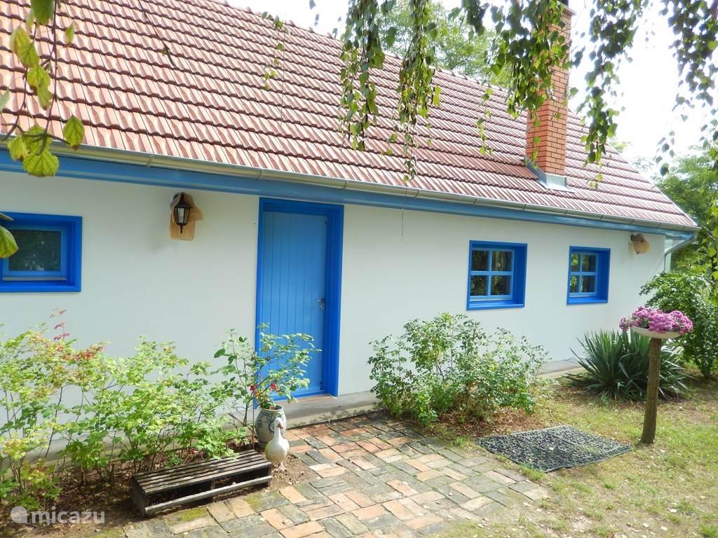 Hier nieuwe huis (Új Haz). De binnenplaats wordt van schaduw voorzien door twee enorme berken. Aan het terras staat een oude vijg.