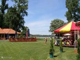 Zowel aan de Tisza als het Vadkerti Tó zijn er volop tentjes om te eten en te drinken.