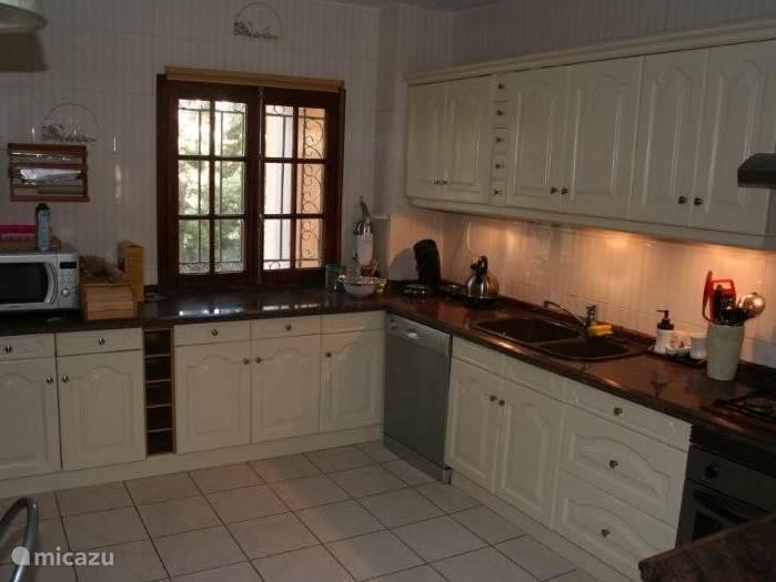 Ruime keuken volledig ingericht en voorzien van alle gemakken.