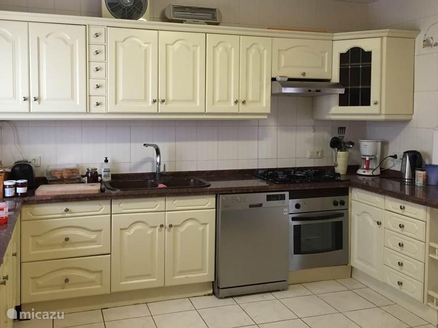 Keuken voorzien van moderne apparatuur.