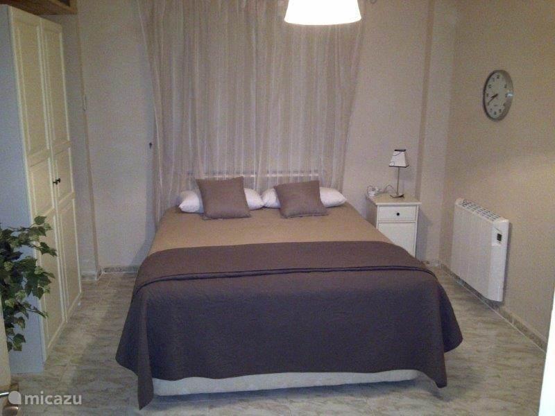 Kamer voorzien van airco en voldoende kast ruimte
