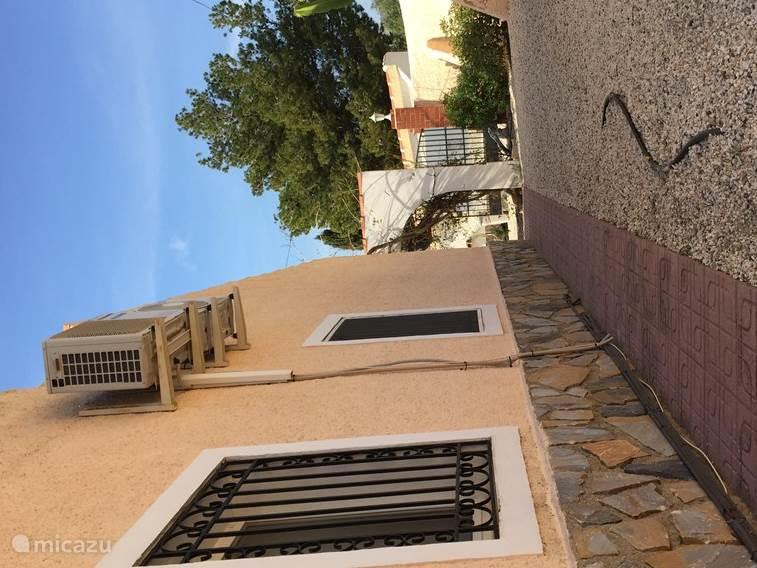 Aanzicht achter de villa met beschermmuur!