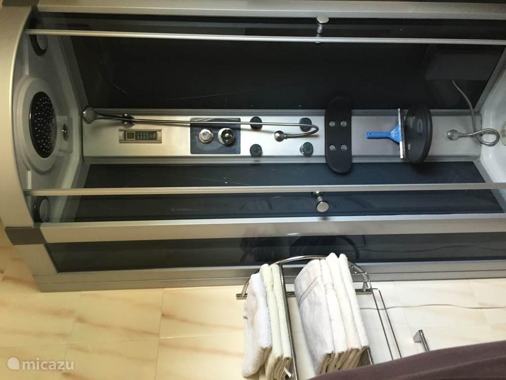 Douche is voorzien van FM, licht en stoel voor de minder valide.